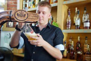Barman Kuba dobrze wie, jak ważny jest sposób nalewania piwa. Potrafi też doradzić w doborze trunków.
