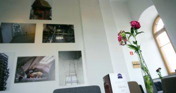 Na ścianach wiszą obrazy, przedstawiające wieżę w różnych czasach, fot. Adek jasiński