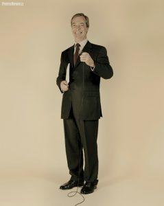 """Trochę z przymrużeniem oka sportretowałem 70 europosłów. Cykl """"Selfie - mowa ciała polityków"""" eksploruje możliwości fotograficznego portretu oraz postrzeganie samych siebie przez polityków. Na zdjęciu jeden z najbardziej znanych eurosceptyków Nigel Farage"""