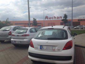 A tu inny aspekt nielegalnych reklam - zastawione parkingi autami na sprzedaż