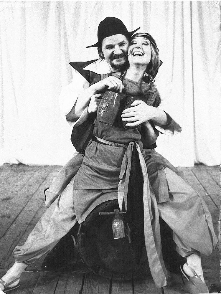 """Na zdj. Witold Mierzyński, Bożena Mrowińska, """"Wieczór trzech króli"""" Szekspira, pierwsza rola Witolda Mierzyńskiego w Płocku, 1977"""