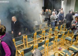 Krzyki i dym podczas spotkania z Adamem Michnikiem w Płocku