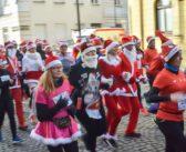 Ulicami Płocka pobiegli Mikołaje, Śnieżynki i… renifery