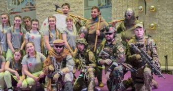 Żołnierze XXI wieku i średniowieczni wojowie grasowali po galerii w Płocku