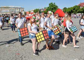 Chiński smok, związki zawodowe, kostki Rubika… Parada Europejska przeszła ulicami Płocka
